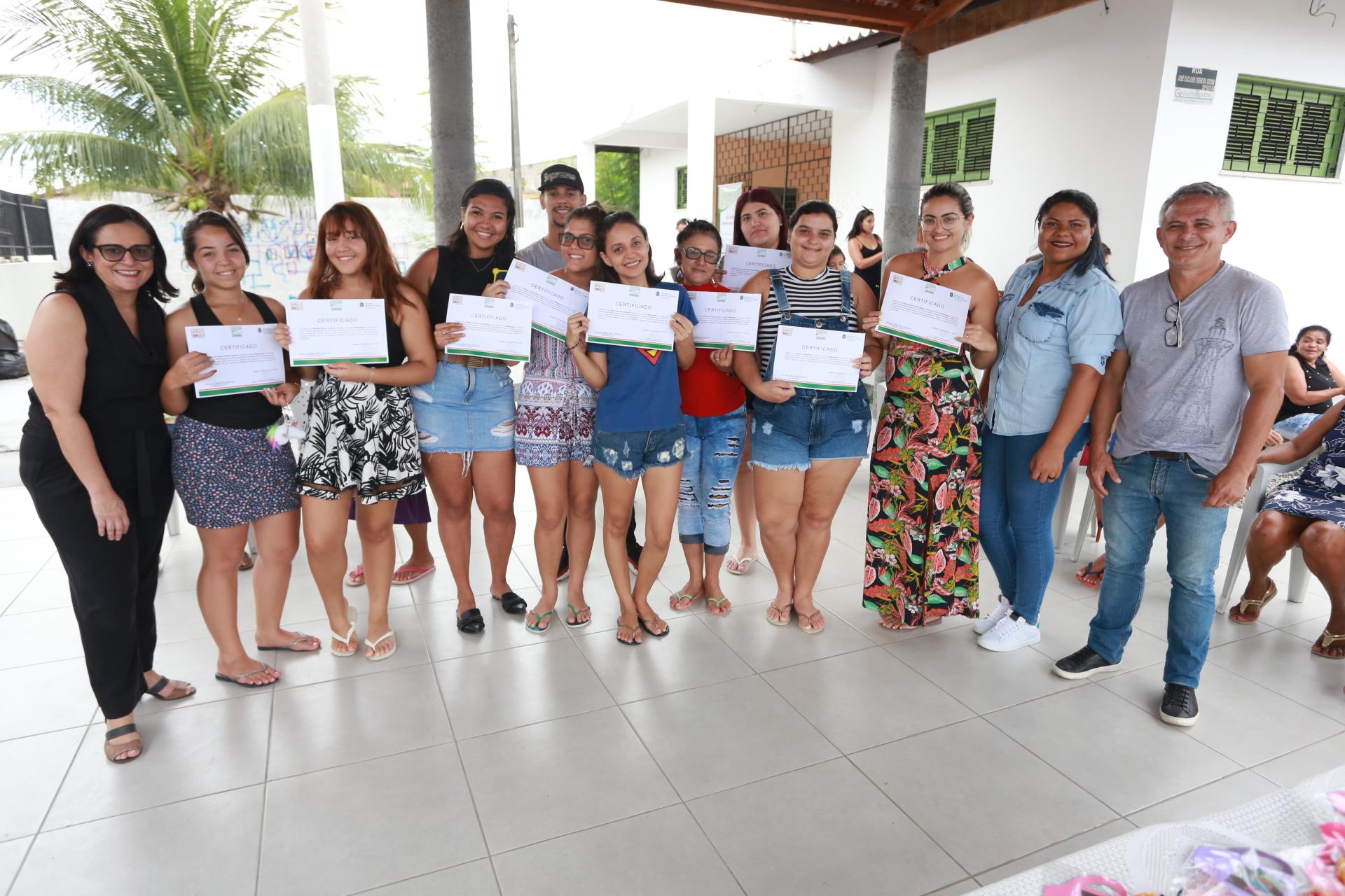 Dia da Mulher: Napaz do Curió realiza dia de cuidados para as mulheres e entrega certificados para jovens da comunidade