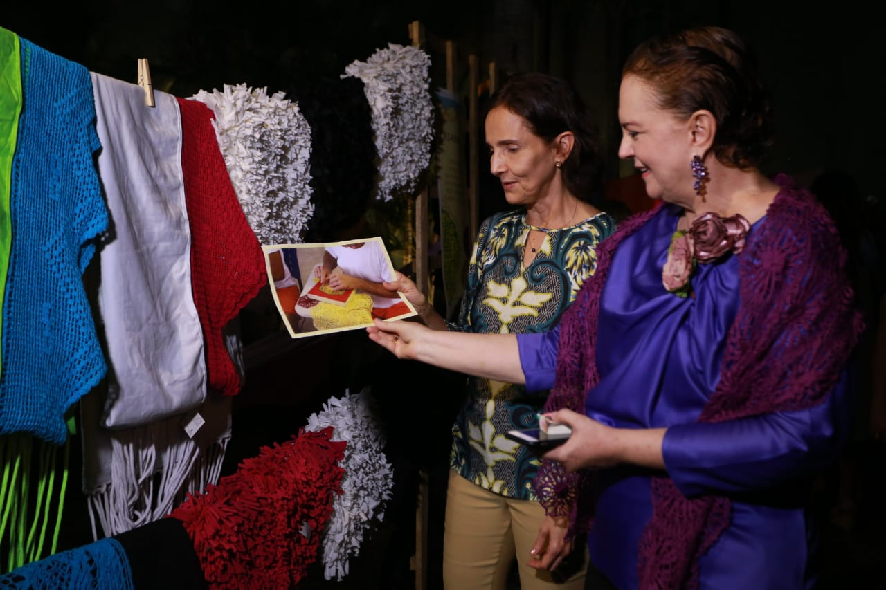 Vice-governadora visita coleção de artesanato feita por internos do sistema prisional do Ceará
