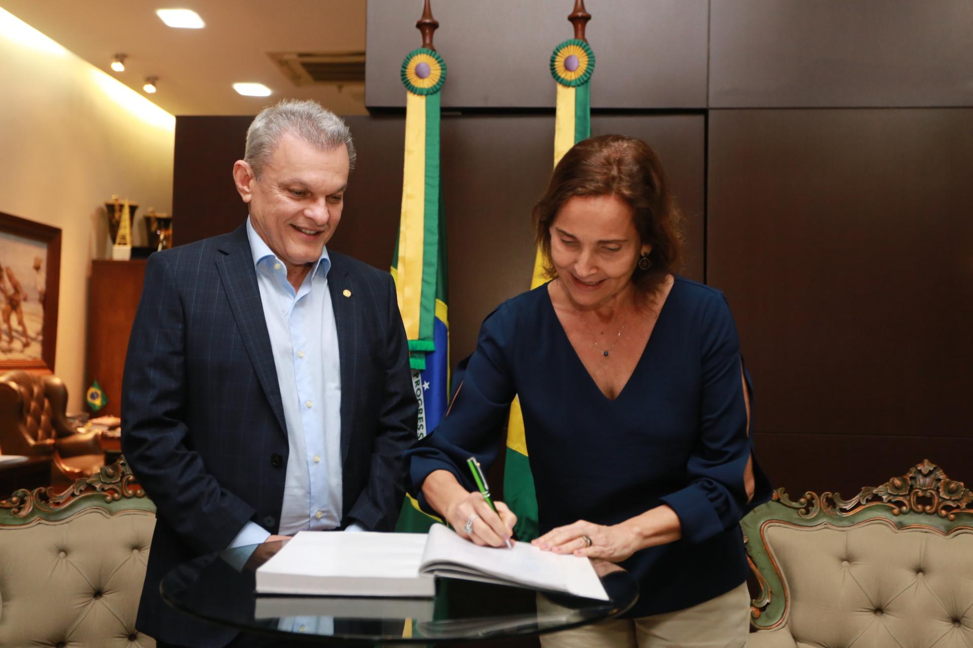 Izolda Cela transmite Governo do Ceará para José Sarto