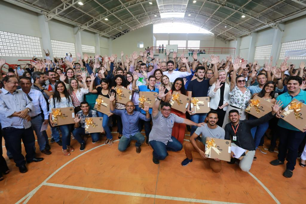 Governo do Estado entrega 1,2 mil notebooks para alunos de destaque no Cariri