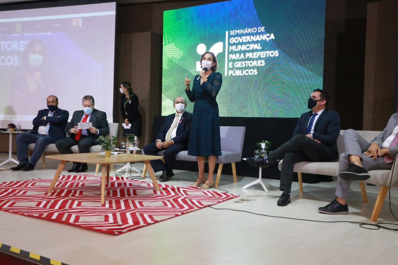 Izolda Cela participa de seminário com prefeitos e gestores públicos na Assembleia Legislativa